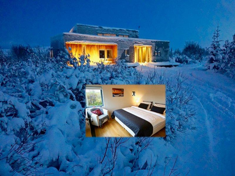 En una hermosa noche de invierno. dentro acogedora con calefacción por suelo radiante