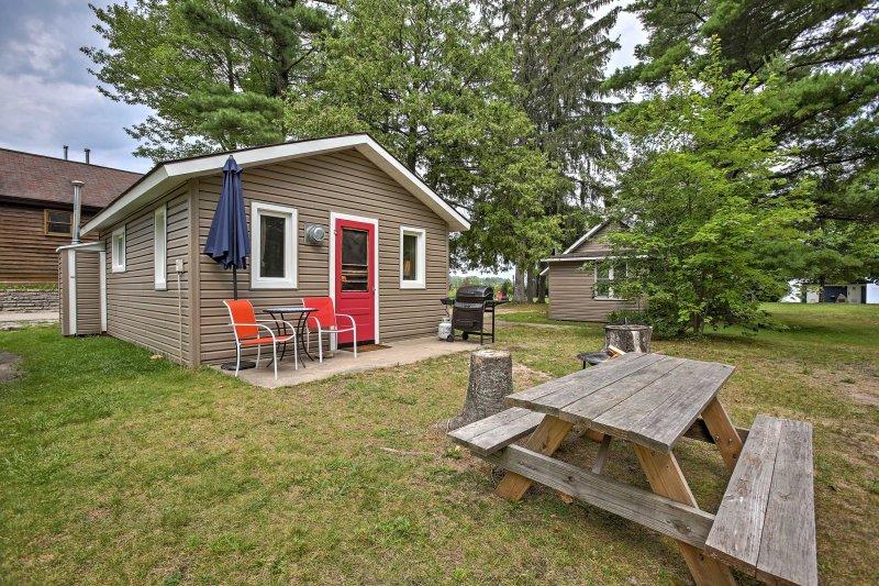 Disfrutar de lo mejor de Michigan durante su estancia en este 1 dormitorio, 1 baño-casa de alquiler en Suttons Bay.