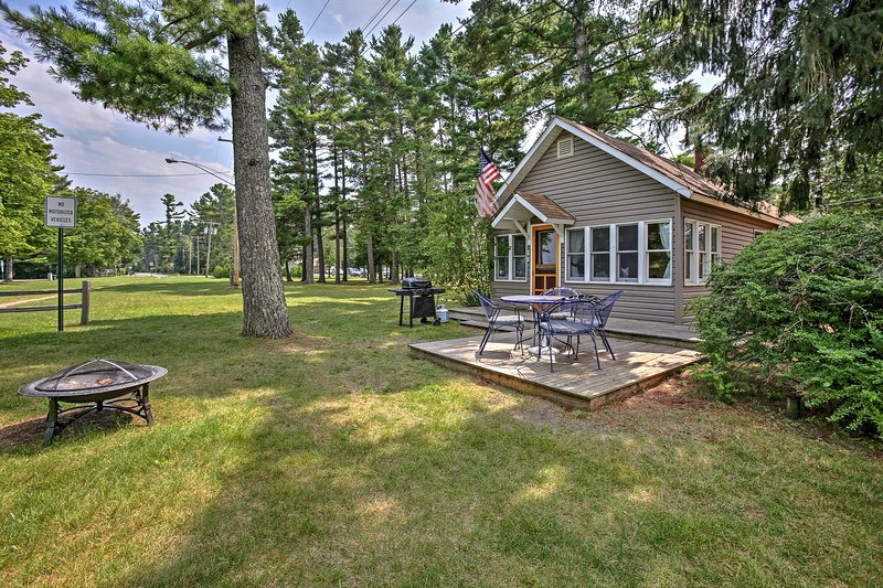 'Bayview Cottage' Suttons Bay Cottage w/Fire Pit! – semesterbostad i Suttons Bay