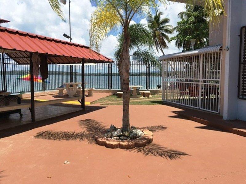 Apartamento frente a la playa, con todo amueblado, location de vacances à Guanica