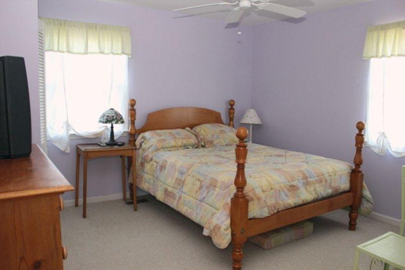 Bedroom 1, Queen ~Middle Floor