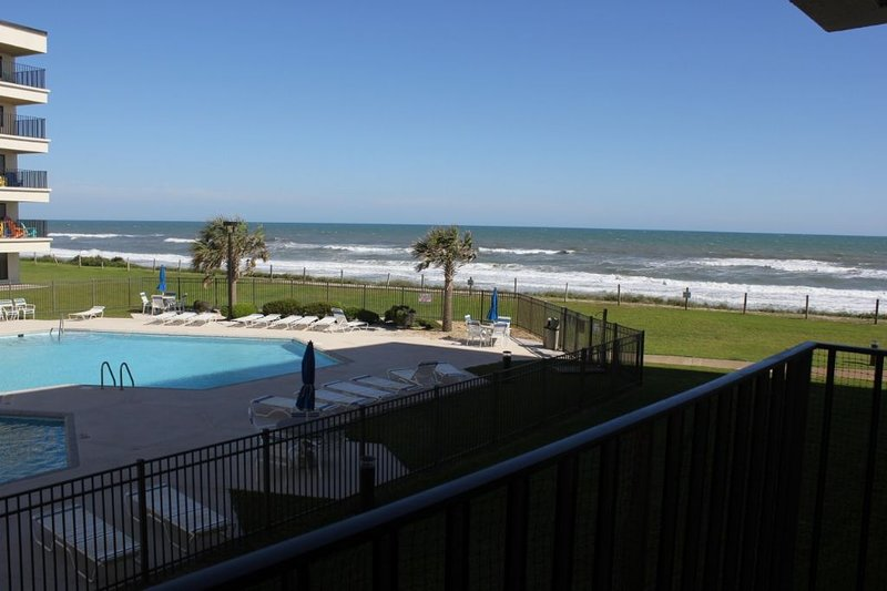 Oceanviews overlooking Pool