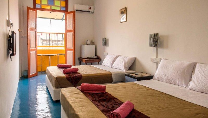2 habitaciones de matrimonio cama, con la vista de la calle balcón.