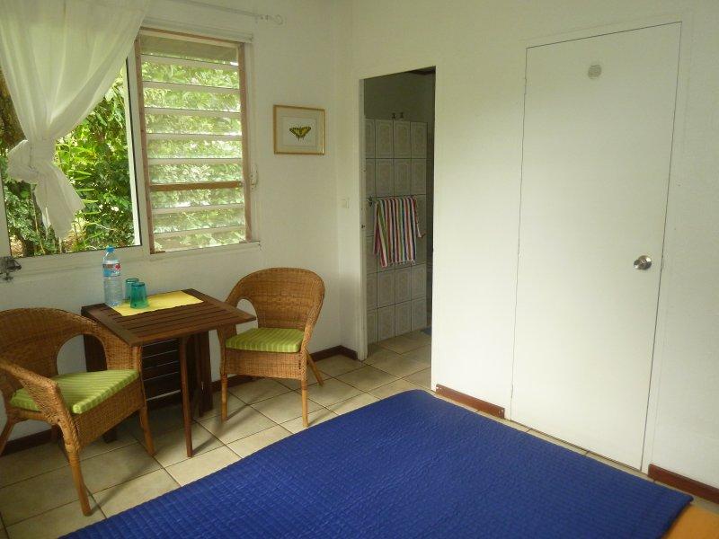 Sovrum med vardagsrum och badrum