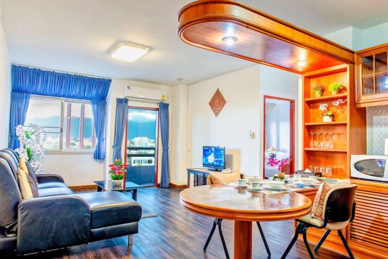 Gut beleuchtet Wohnzimmer und Essbereich.