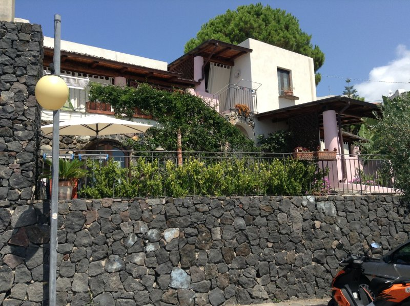 Eolie Salina - monolocale   ' Acro tre Panoramico' vista mare, casa vacanza a Filicudi