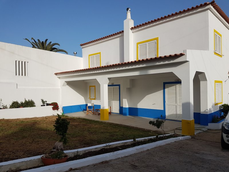 Spacious 3 bedroom villa with garden near Praia Verde, vacation rental in Castro Marim