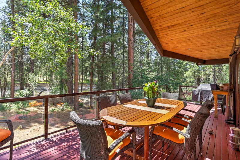 Riverside Winthrop Home w/Hot Tub by Chewuch River, holiday rental in Mazama