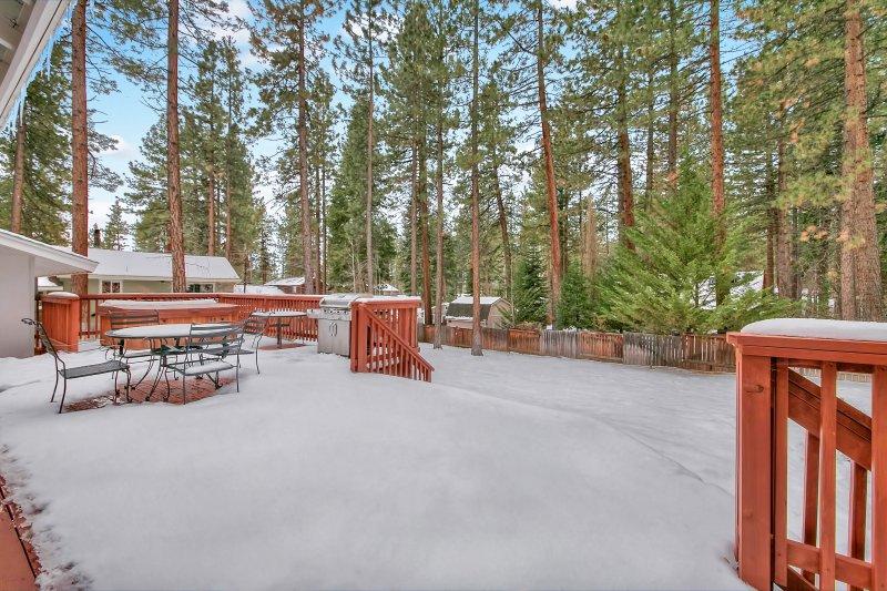 Quando a neve derrete, você vai querer comer ao ar livre quase na floresta