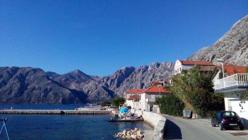 una strada in riva al mare per una piacevole un'ora di cammino a Kotor, o Perast
