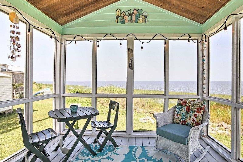 Il tuo ultimo ritiro sul lago vi attende in questo caratteristico 1 camera da letto, 1 bagno-casa vacanze villetta in Pahokee!