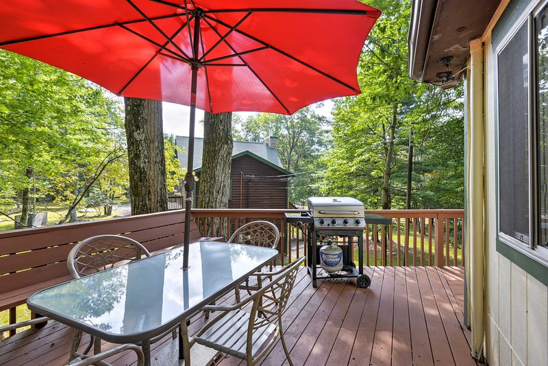 This home is located between 2 lakes and offers accommodations for 12