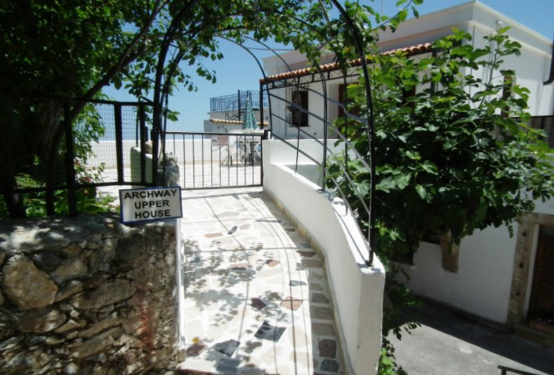 Karmi village apartment with Magnificent views, location de vacances à Edremit (Trimithi)
