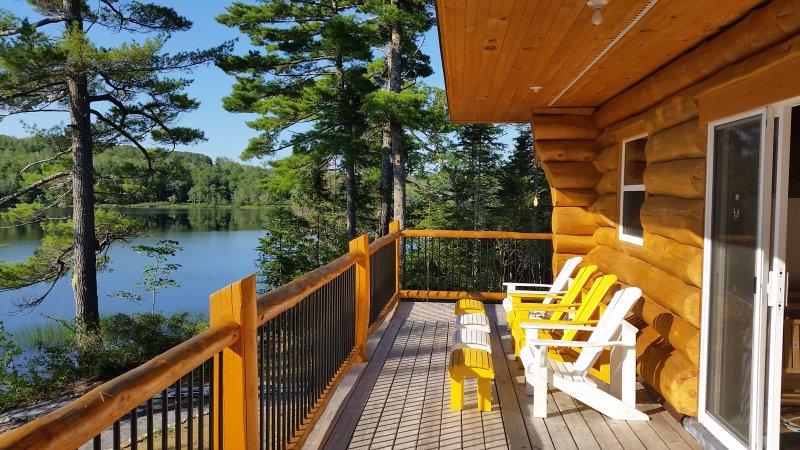 lakeside log cottage near Kejimkujik, alquiler de vacaciones en Greenfield