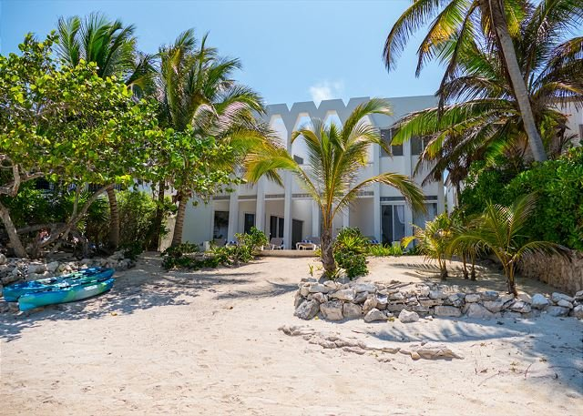 Magnificent Beachfront villa designed by renowned architect in South Akumal., vacation rental in Akumal
