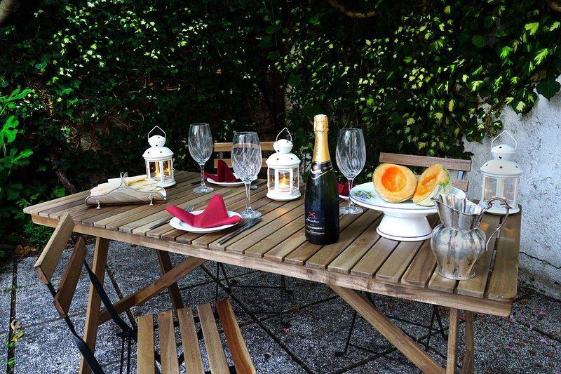 Tabellen i trädgården.