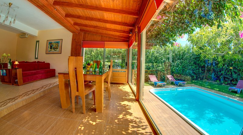 Charming Traditional Cottage with private pool and walking distance amenities., aluguéis de temporada em Trapezaki