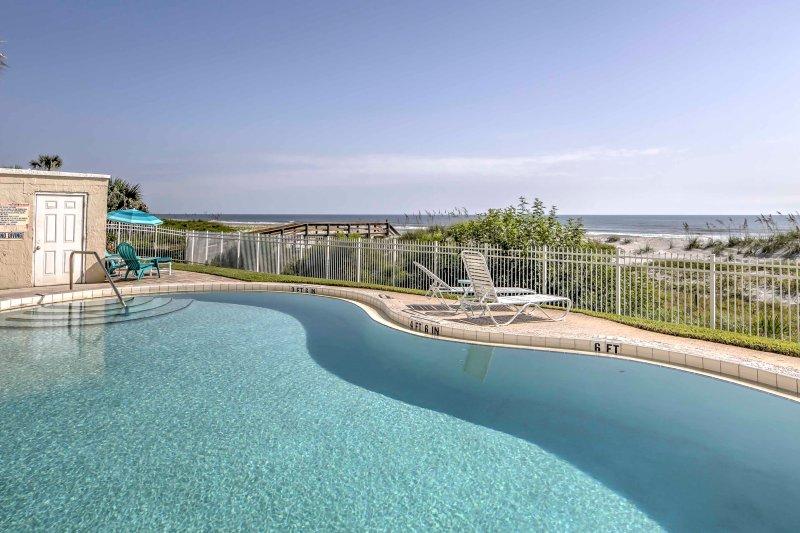 El condominio cuenta con una piscina comunitaria que se encuentra justo al lado de las dunas de arena!