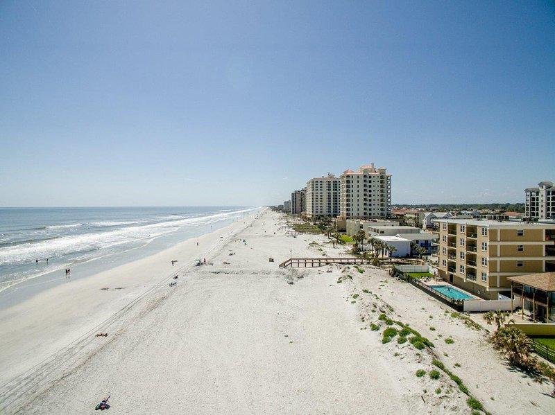 Profitez d'une destination en bord de mer avec vue dpectacular à ce 2 chambres Jacksonville Beach condo de location de vacances!