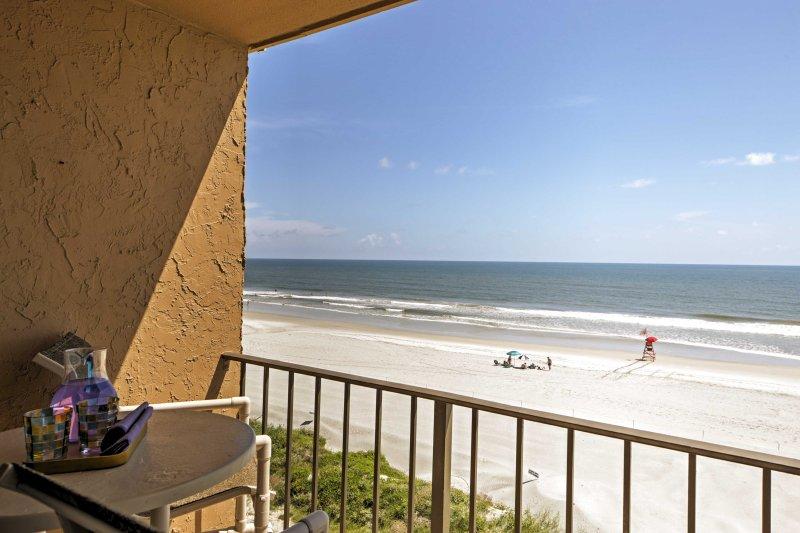 Ce dernier étage, unité de coin sud offre les meilleures vues dans Sandpiper Condominiums.