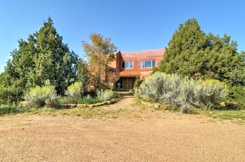 This home is adjacent to Hummingbird Ranch, serving as a fantastic base for wedding, healing retreats and so much more!