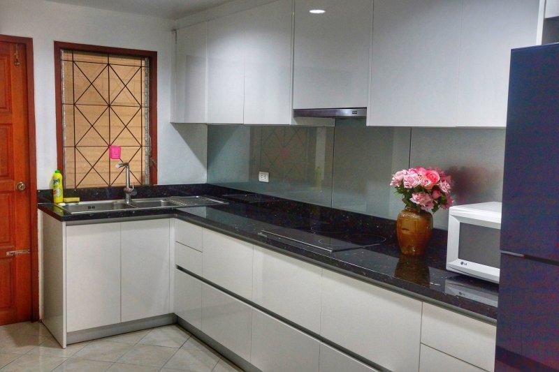 Cucina moderna (dotata di tutte le vostre esigenze di cottura)
