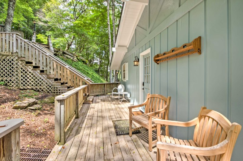 Explore the Blue Ridge Mountains from this 3BR/2BA vacation rental home.