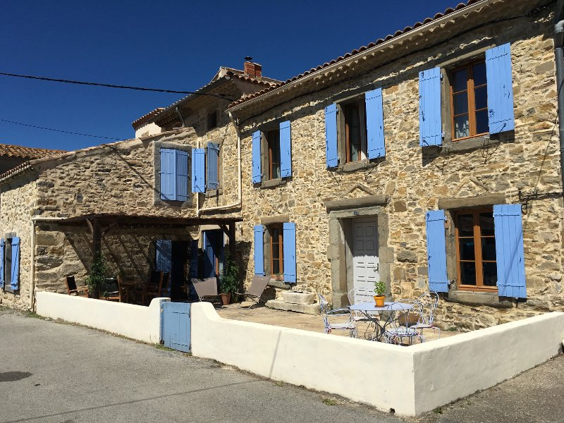 Beautiful large family house with heated pool, holiday rental in Servies-en-Val