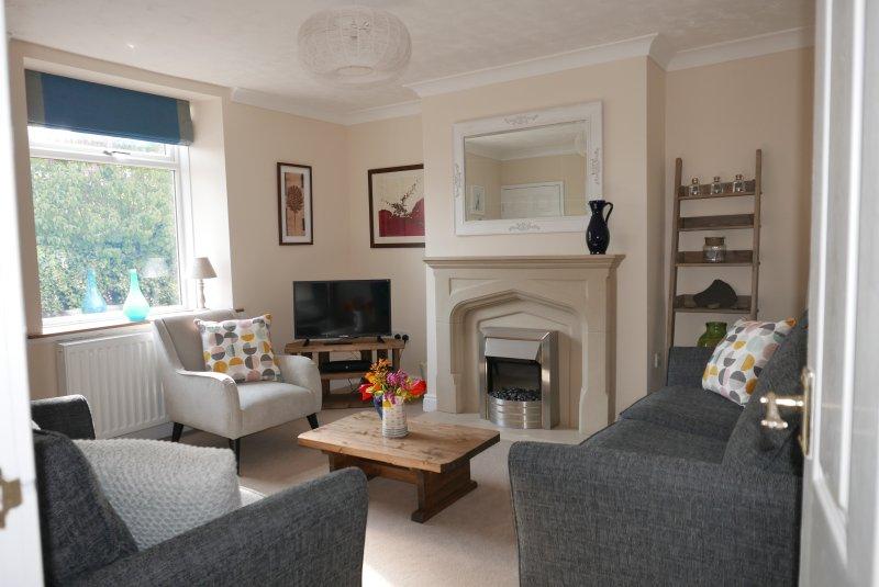 Avec des canapés confortables et une vue sur le coucher du soleil, la salle de séjour est confortable et fait pour la conversation.
