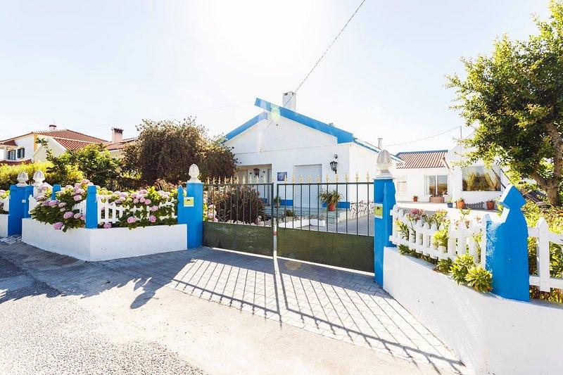 Beautiful blue Villa with private pool, aluguéis de temporada em Pontével