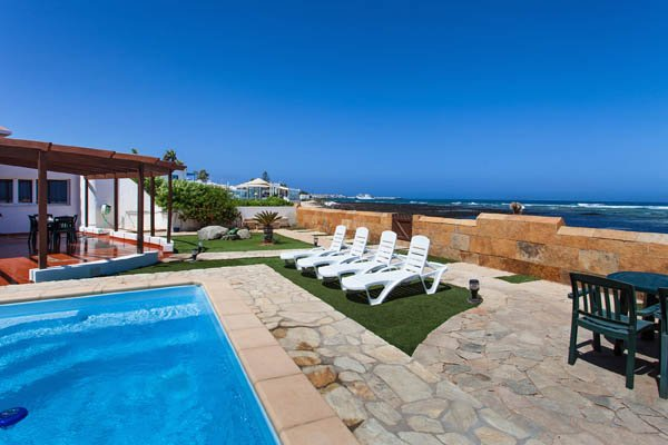 beachfront villa in corralejo with private garden and pool, location de vacances à La Oliva