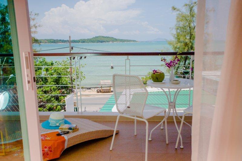 Oceanfront Premier Two-Bedroom Suite - Rawai Beach, casa vacanza a Ko He