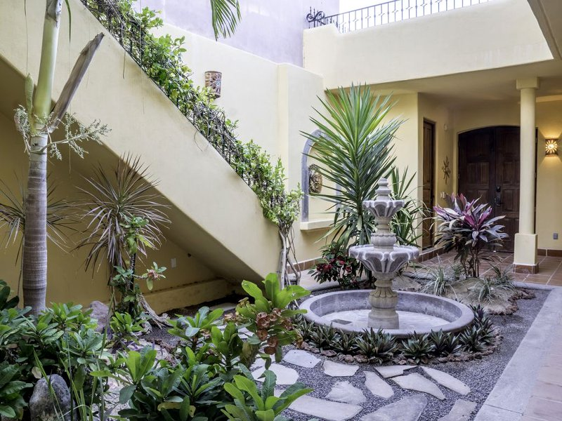 Inner courtyard features a fountain, which soothes and relaxes you with the sound of trickling water