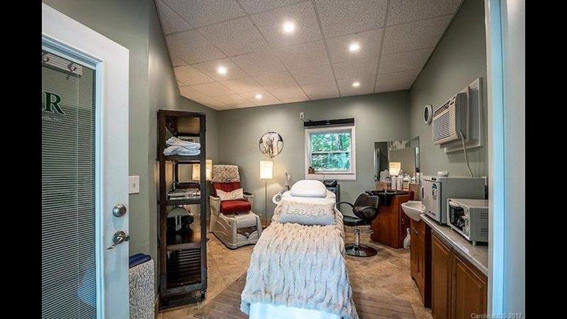 spa avec tables de massage, chaise de pédicure HAIR coulé