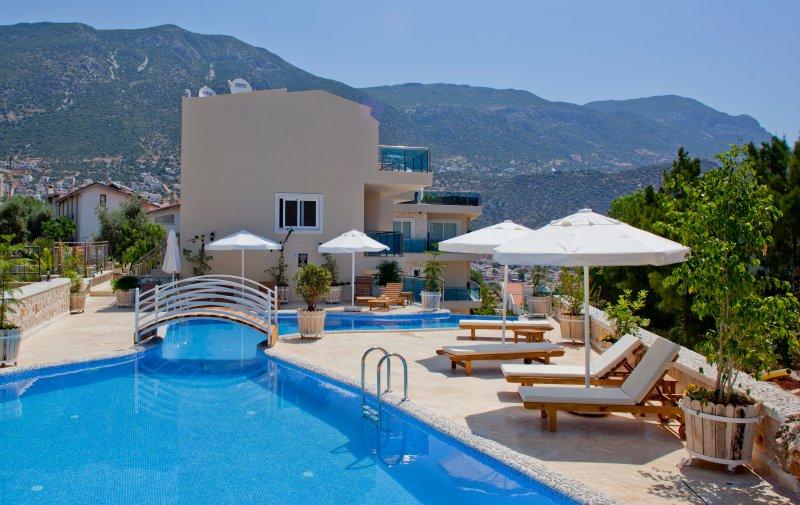 piscine communautaire et terrasse