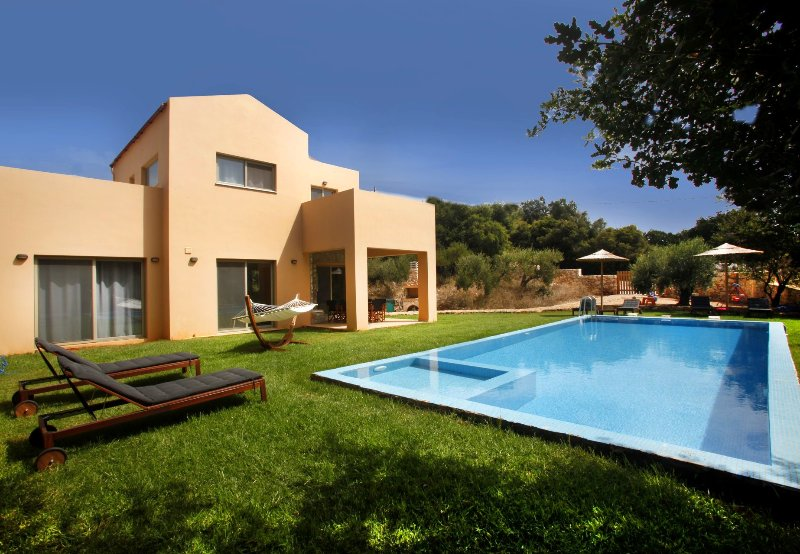 Brand-new 3bdrm villa with pool and privacy in Litsarda, location de vacances à Vamos