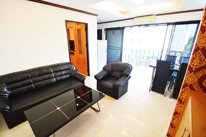 espaçosa sala de estar com poltrona adicional