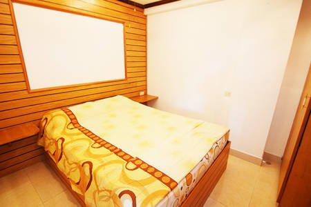 espaçoso quarto com cama confortável