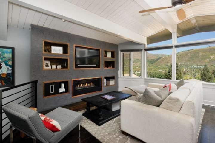 Wand zu Wand Fenster im Wohnraum die schöne Aspen Landschaft präsentieren. Genießen Sie diese bis vor dem Gas-Kamin und Flachbildschirm-TV.