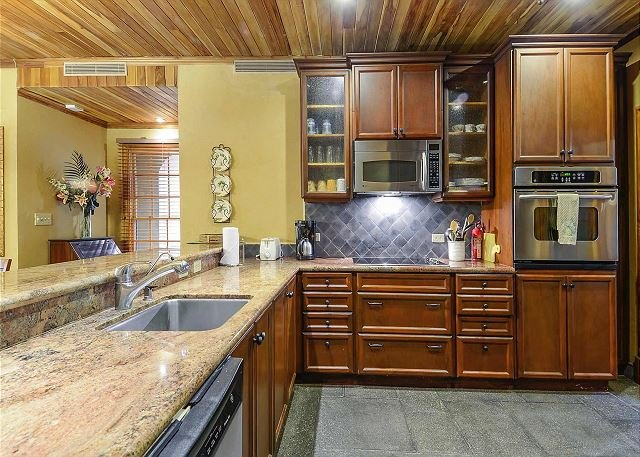 Fully equipped kitchen with oven and dishwasher