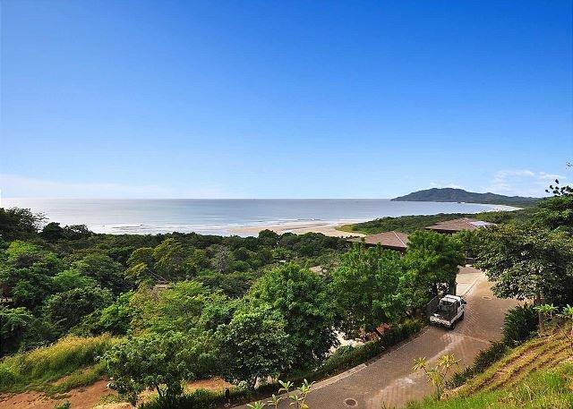 Acres de selva, la playa y el horizonte del Pacífico desde Casa Ve