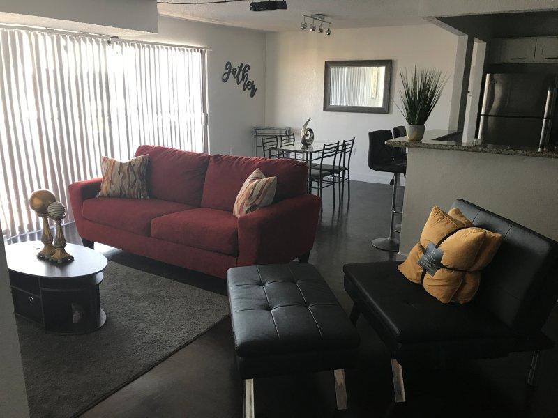 Salon avec canapé-lit 2 personnes et chaise longue futon qui dorment 1