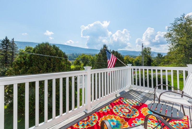 Genießen Sie Ihr Lieblingsgetränk, während Sie die Aussicht von der Terrasse bewundern.