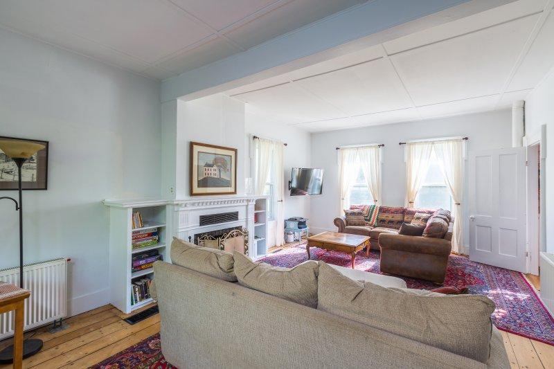 Hohe Decken, Zierleisten und traditionelles Dekor füllen den Innenraum.