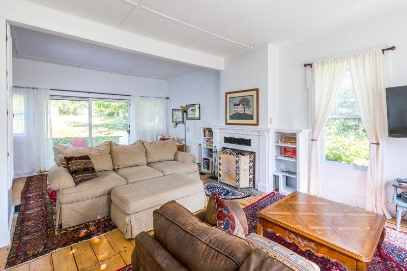 Entspannen Sie im Wohnzimmer, komplett mit einer Couch und 2 Sessel.