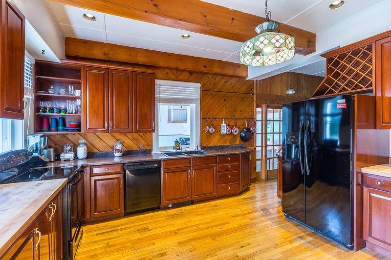 Die voll ausgestattete Küche bietet Kirsche Schrank und moderne Geräte.