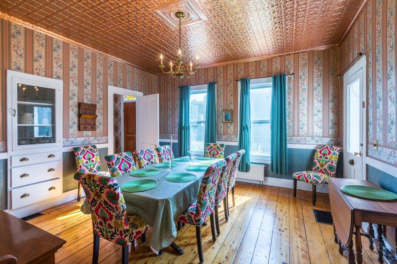 Genießen Sie die Speisen im historischen Speisesaal mit einem Tisch für 10 unter.
