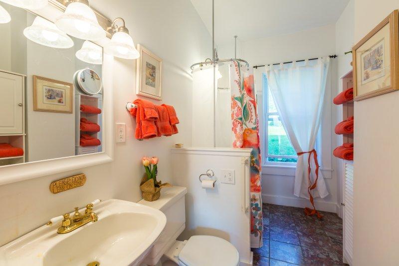 Spülen Sie in der klassischen clawfoot Badewanne / Dusche-Kombination nach einem Tag im Freien.