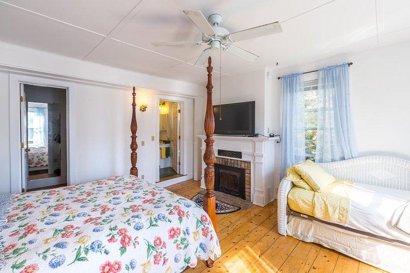 Das Hauptschlafzimmer verfügt über ein Flachbild-Kabel-TV und Kaminofen.
