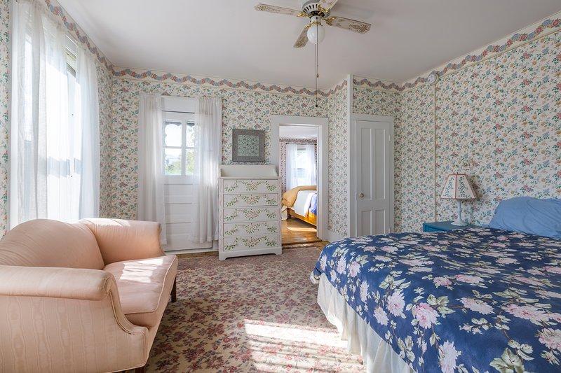 Der Balkon Das Zimmer verfügt über ein französisches Bett, Sofa und einen Balkon mit Blick auf die Berge.